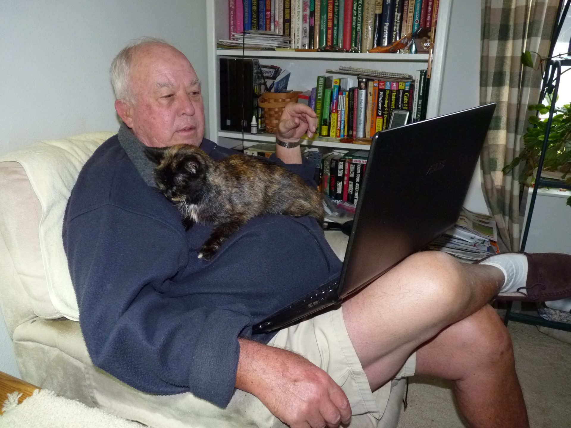 A comfortable chair, a cat, and his computer.  Let Art's day begin.