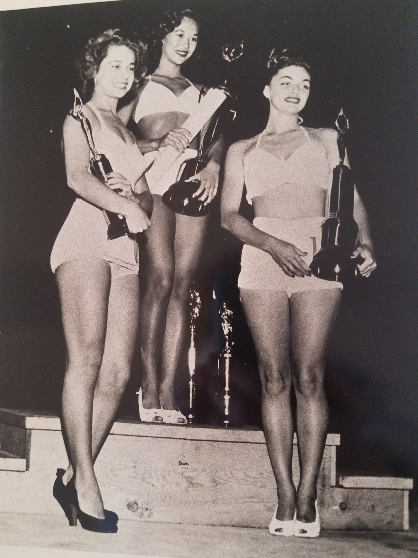 Miss Waikiki 1948. Barbara on left.